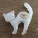 レジンで白猫のブローチ作り。