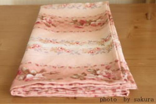 在庫布で風呂敷作り